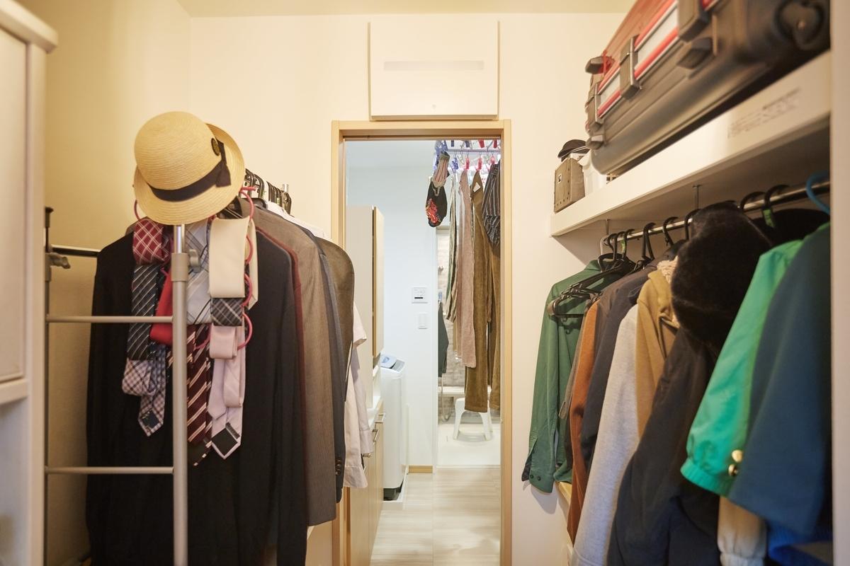 家事の同時進行ができるよう、キッチンのバックヤードから直線でほかの部屋につながっている/注文住宅実例
