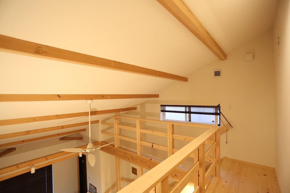 天井の筋交いには米松材、2階廊下の床にはヒノキの無垢材を使用している/注文住宅実例