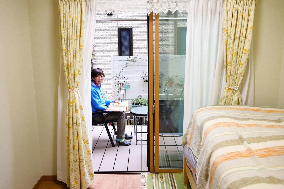 親世帯の妻の部屋につながるウッドデッキ/注文住宅実例
