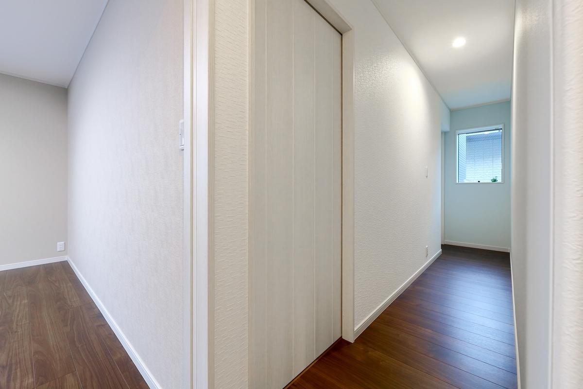 クロスの色に変化をつけ飽きが来ない2階フロアの廊下/注文住宅実例