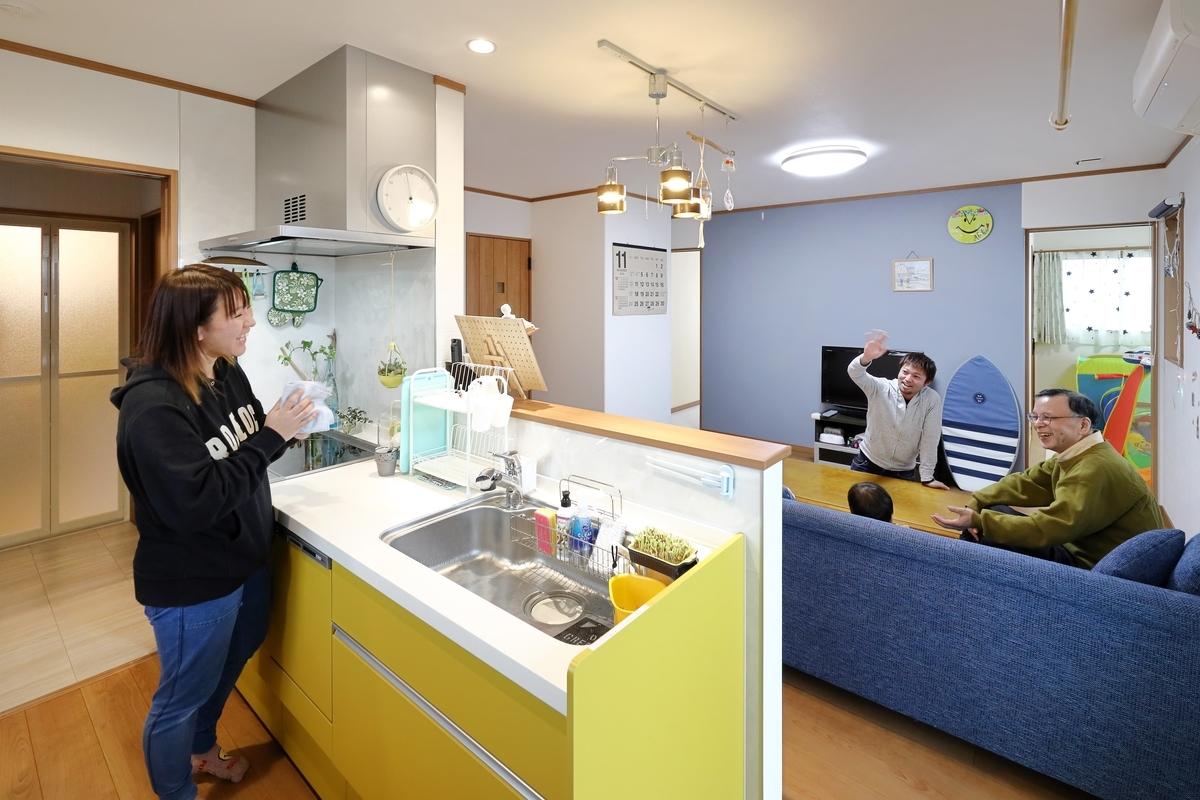 回遊導線のある黄色のキッチン/注文住宅実例