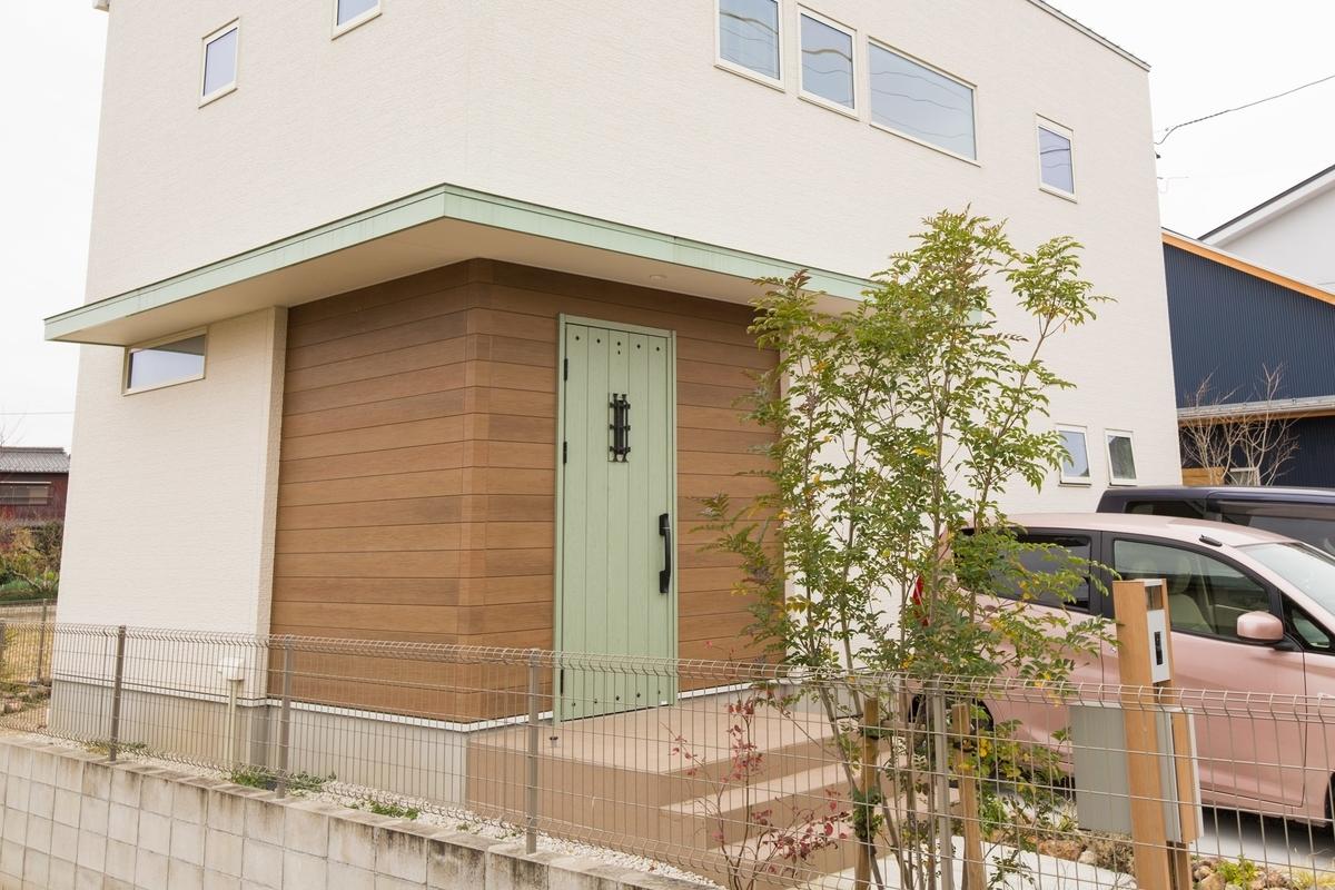 かわいらしいグリーンのドアがアクセントの外観/注文住宅実例