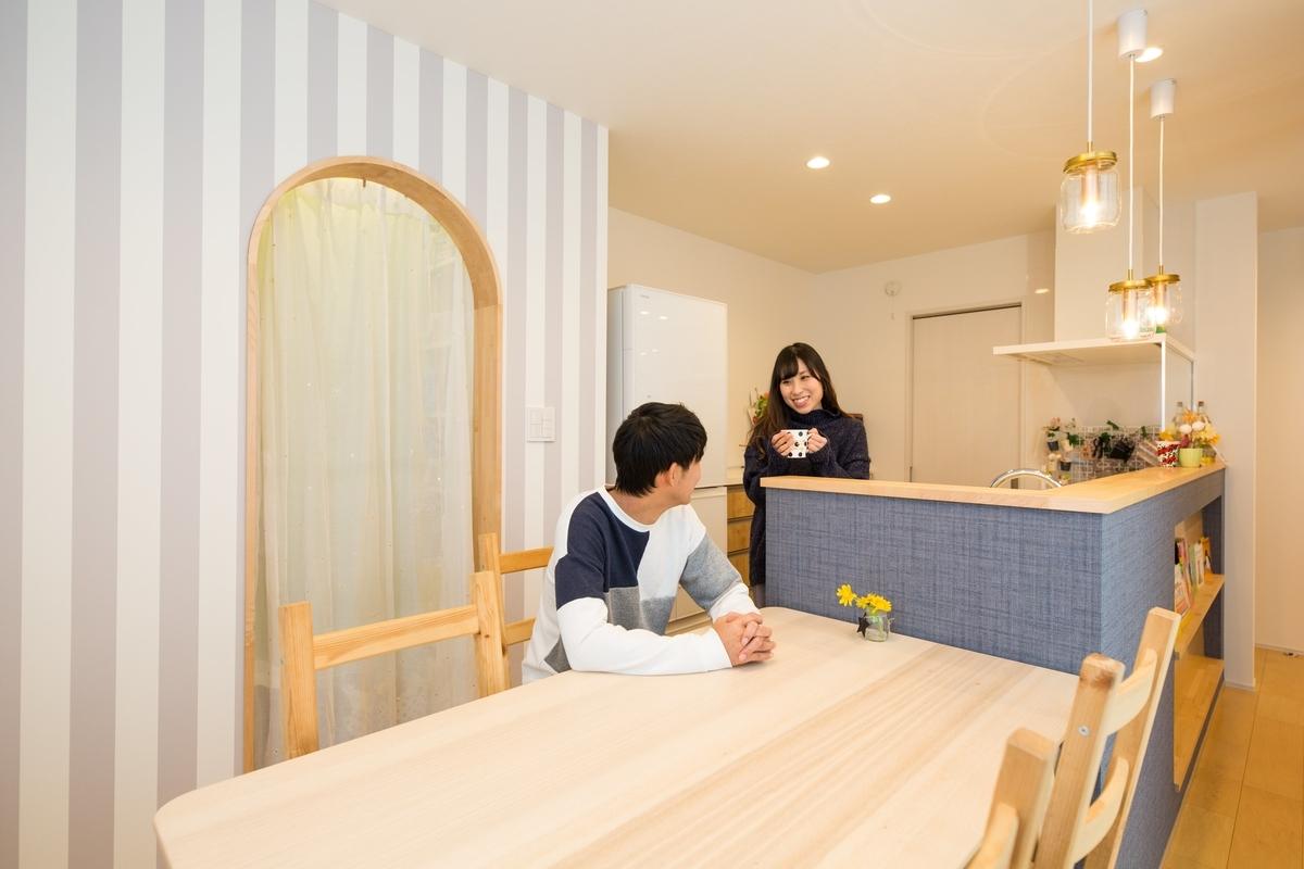 ストライプの壁紙と青が印象的なキッチン/注文住宅実例