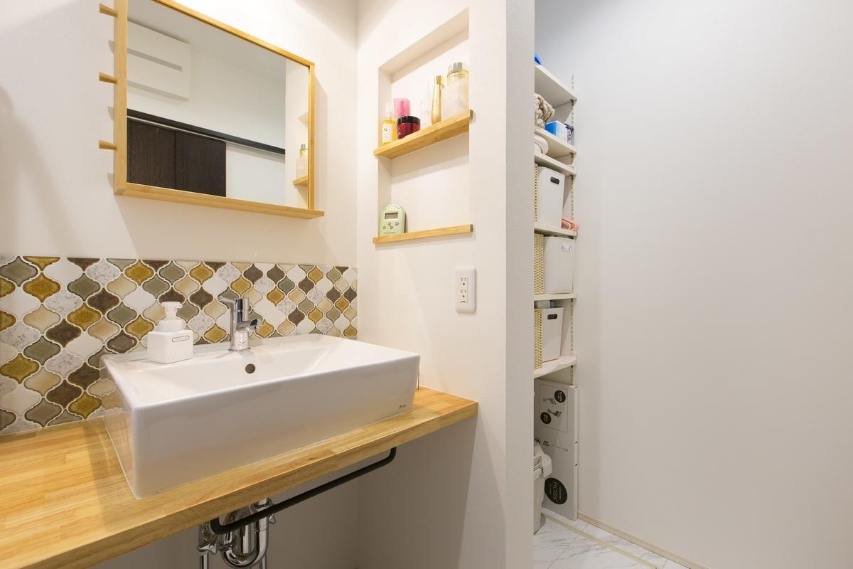 オリジナルのデザインでタイルをあしらった洗面台/注文住宅実例