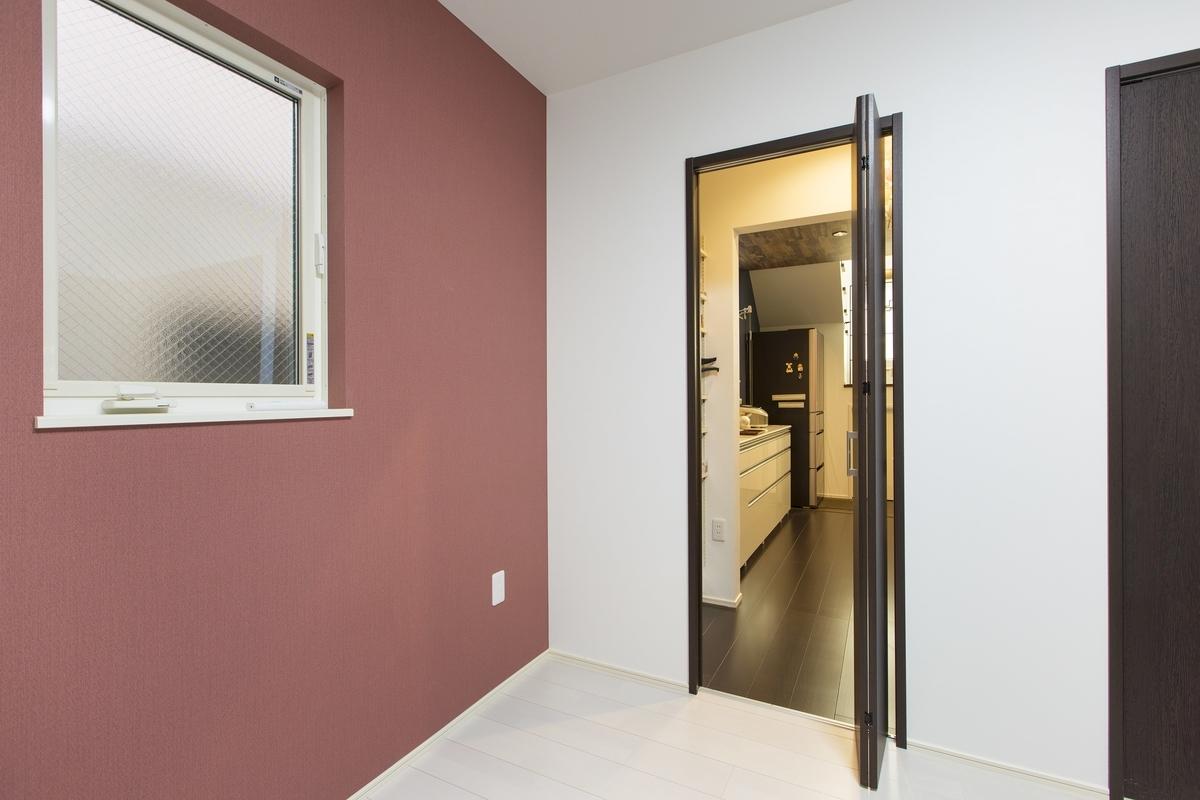 玄関・キッチンどちらからも入ることのできる洋室/注文住宅実例