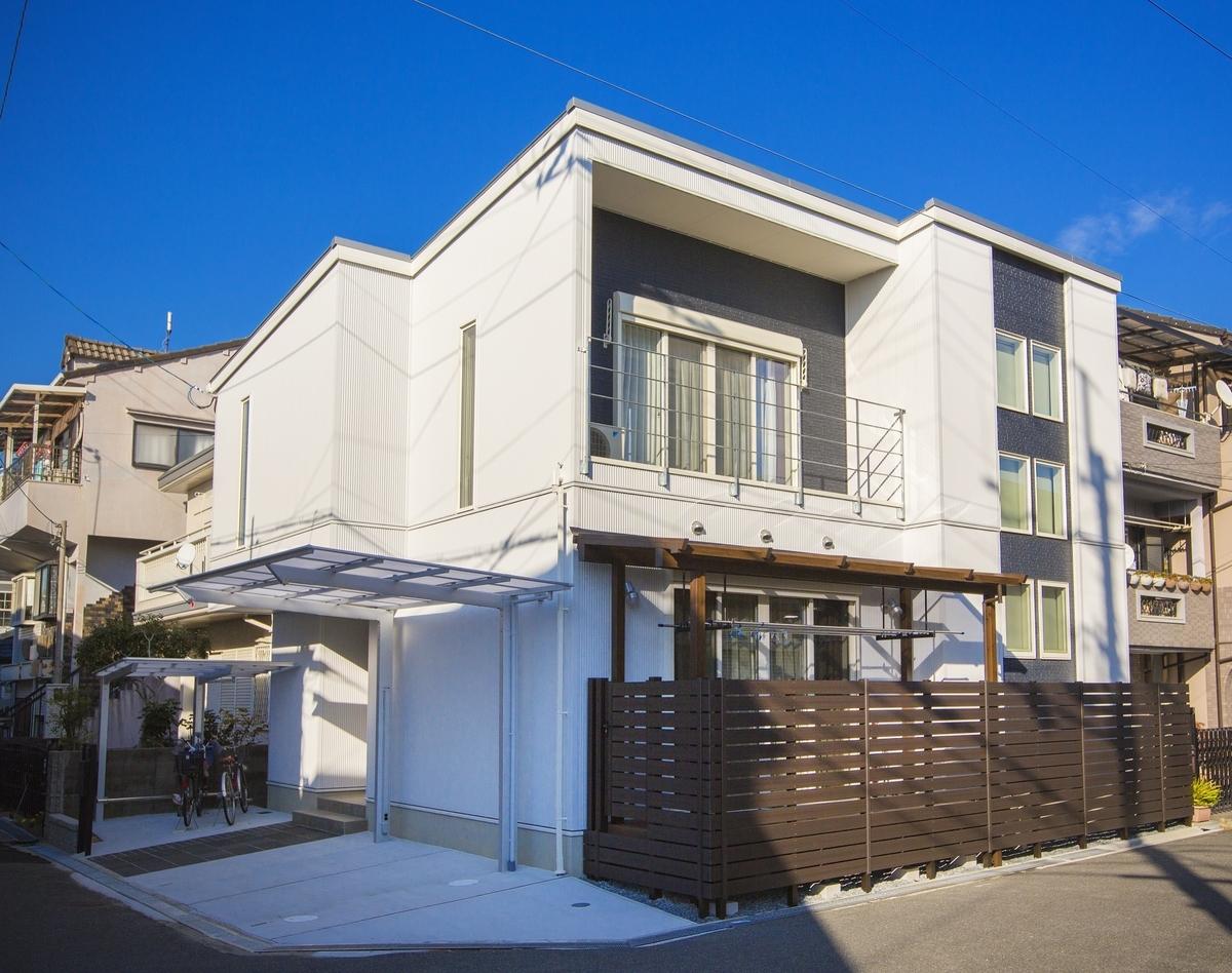 白いガルバリウムで街並みに溶け込みつつスタイリッシュに見える外観に/注文住宅実例