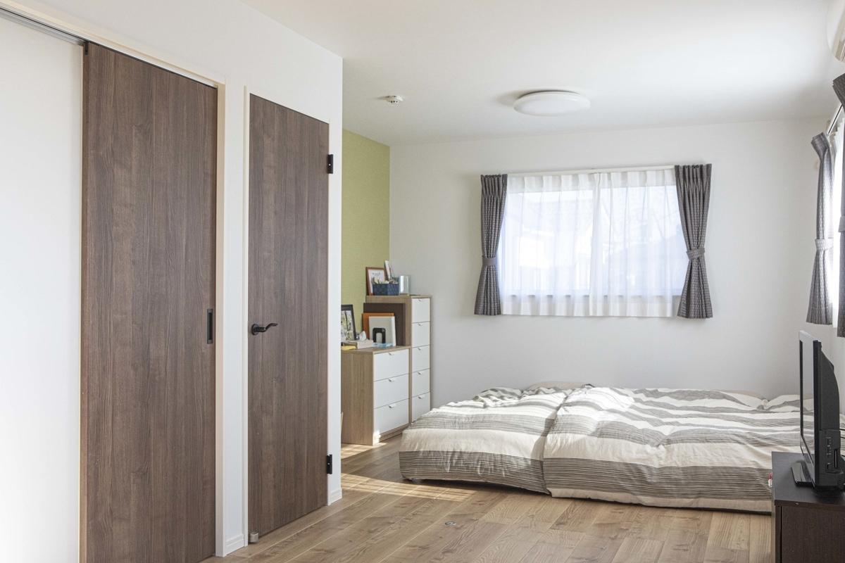 将来分けられるようドアを二つ設置した寝室/注文住宅実例