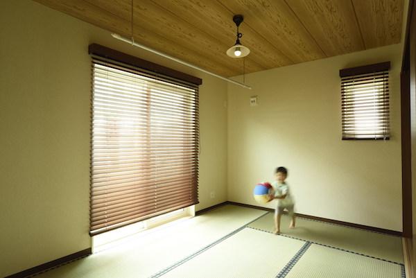 和室で遊ぶ子ども