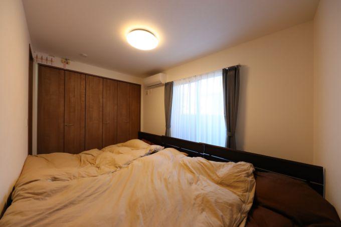 家族四人で寝られるベッドが入る広々とした寝室/注文住宅実例