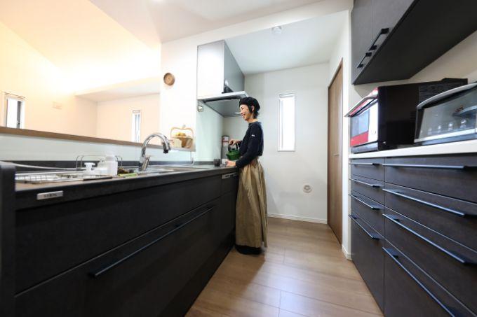 黒で統一されたセラミックトップのキッチン/注文住宅実例