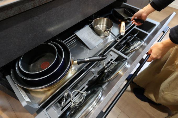 キッチン下の引き出しは大きな鍋などもたっぷり収納できる/注文住宅実例