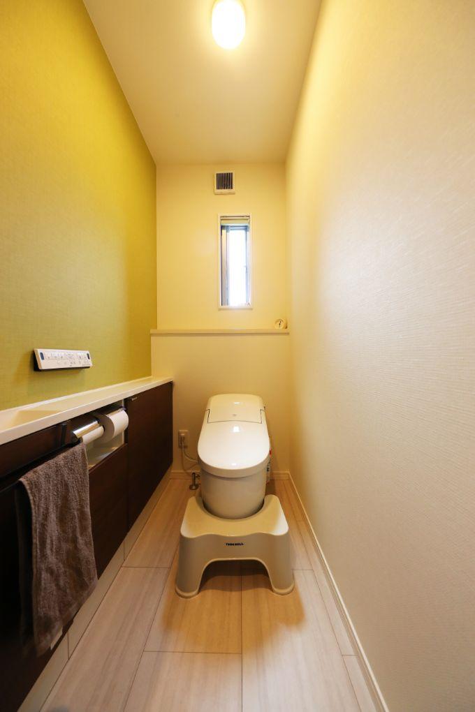 モスグリーンのクロスをあしらったトイレ/注文住宅実例