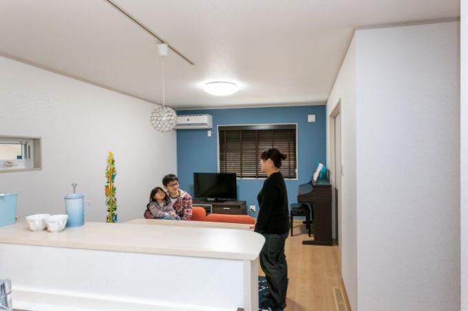 つり戸がなくリビングの様子がよくわかるキッチン/注文住宅実例