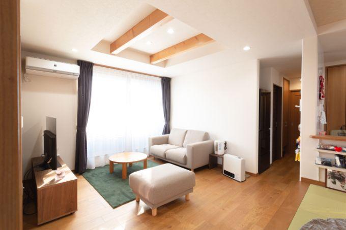 木材と日当たりのよさが特徴的なリビング/注文住宅実例