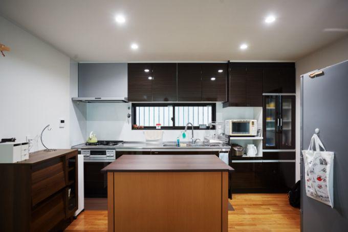 ダークブラウンを基調にした上品なキッチン/注文住宅実例