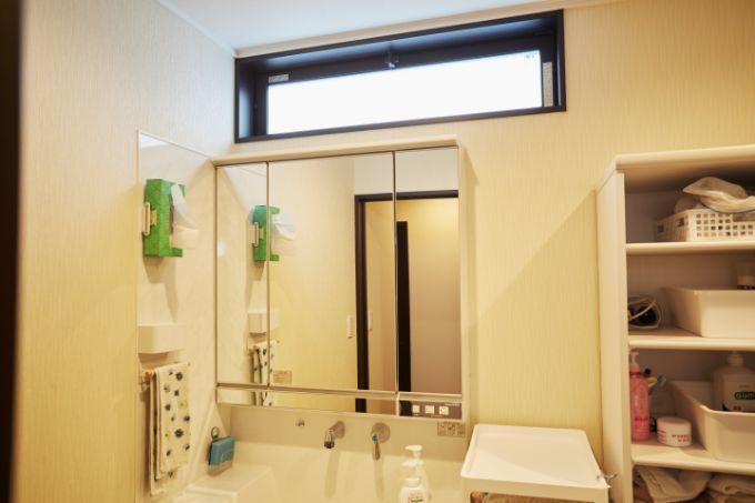 上部に横長の窓を設け採光を考えた洗面室/注文住宅実例