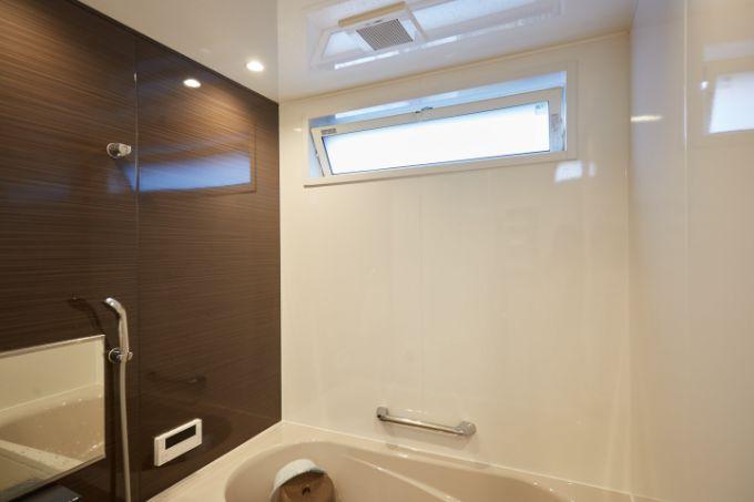 上部に横長の窓を設け明るい空間のバスルーム/注文住宅実例