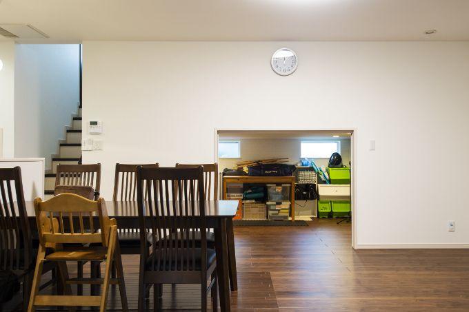 スキップフロア下に設けたたっぷりと収納できるスペース/注文住宅実例