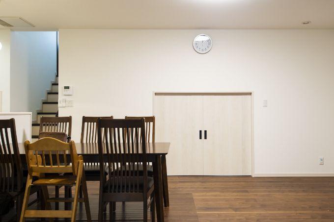 スキップフロア下の収納は扉を占めることでスッキリとしている/注文住宅実例