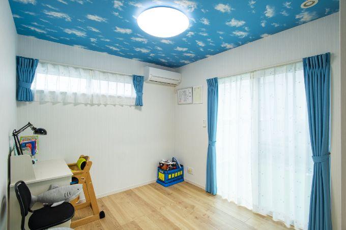 雲柄の天井が個性的な子供部屋/注文住宅実例