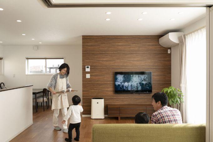 一角を木目調の壁紙にすることでスッキリとしているリビング/注文住宅実例
