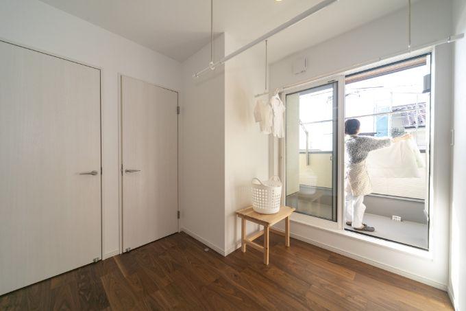 外でも中でも洗濯物を干せる2階ホールとバルコニー/注文住宅実例