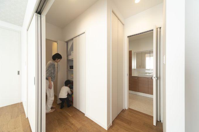 多機能収納にすることで階段下のスペースを活用している/注文住宅実例