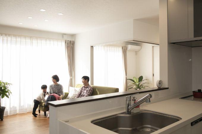 リビングにいる家族の様子がよくわかるキッチンからの風景/注文住宅実例