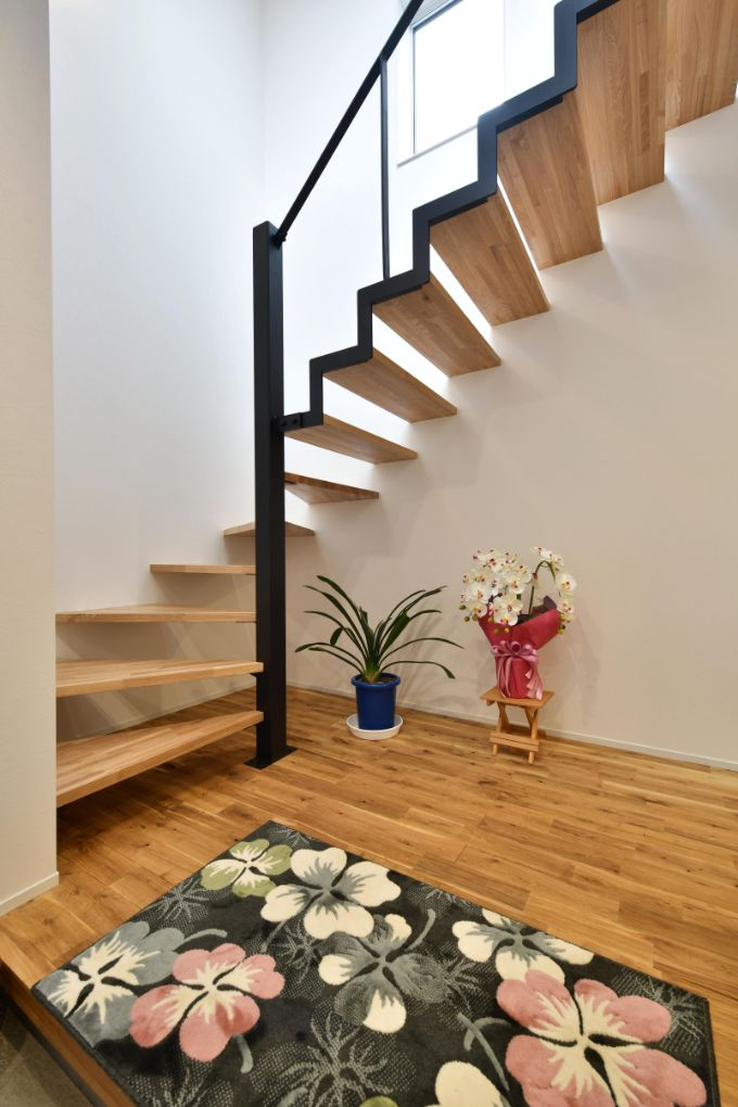 スケルトンタイプの階段があることで開放感がある玄関/注文住宅実例