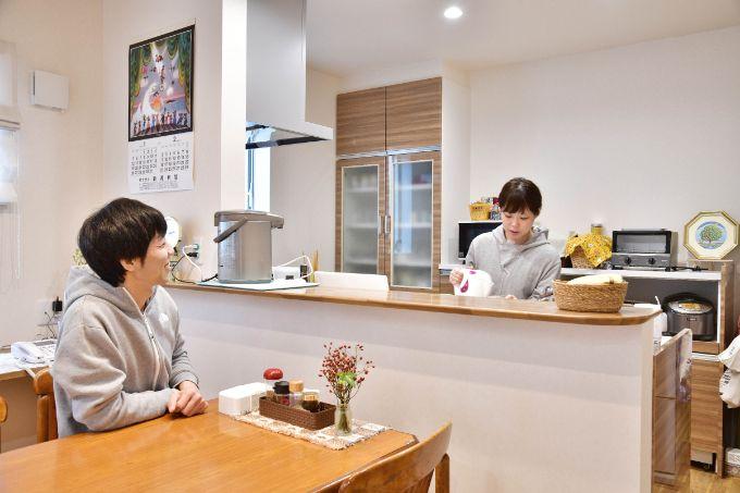 家族の顔が見やすく会話のできるカウンターキッチン/注文住宅実例
