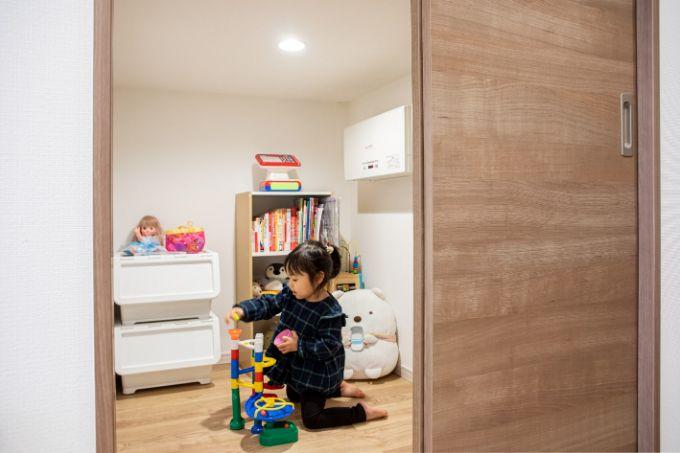 子どものプレイルームとして利用している階段下スペース/注文住宅実例