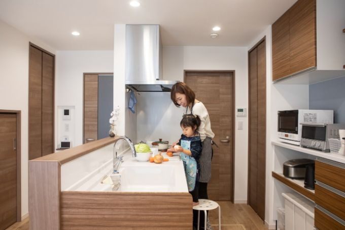 子どもと一緒に料理ができる広々としたキッチン/注文住宅実例