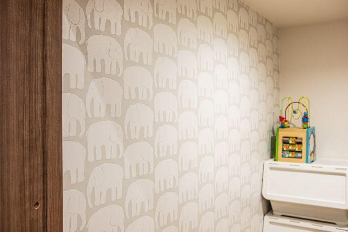 狭いスペースを楽しめる像の壁紙をあしらったトイレ/注文住宅実例