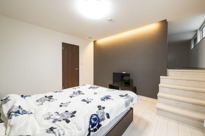 シックなカラーリングと間接照明がくつろげる雰囲気の寝室/注文住宅実例