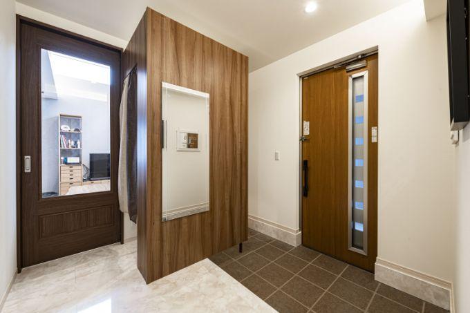 大理石長の床や木目調のクロスで高級感ただよう玄関/注文住宅実例
