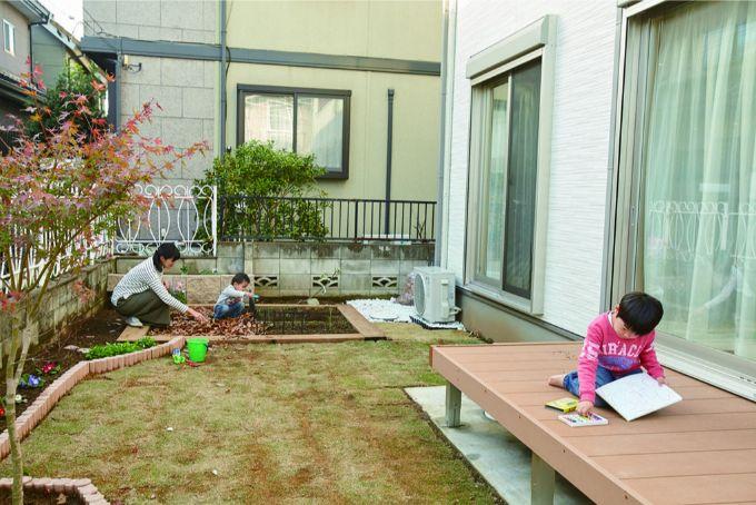 開放的な庭を見渡せるウッドデッキは長男のお気に入り