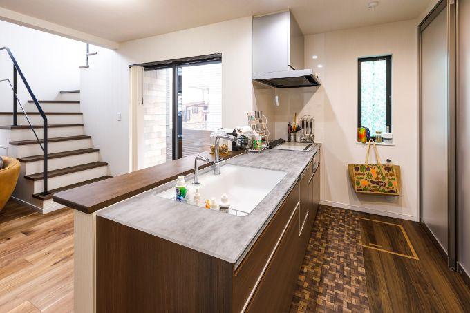 透明素材と柄が印象的なキッチンカウンター/注文住宅実例
