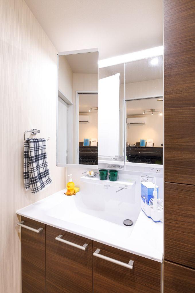 鏡が前方に移動し便利に使える洗面室/注文住宅実例
