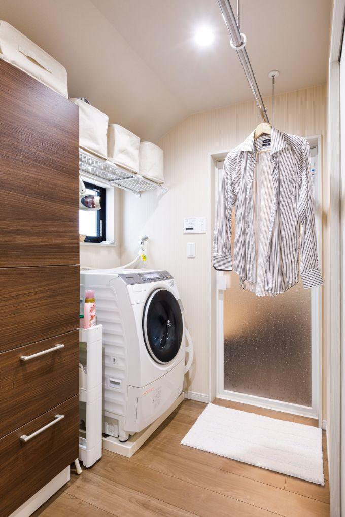 洗濯機の近くに物干しを設け天候に左右されず洗濯ができる/注文住宅実例