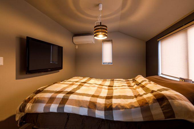 ダークな内装で落ち着ける寝室/注文住宅実例