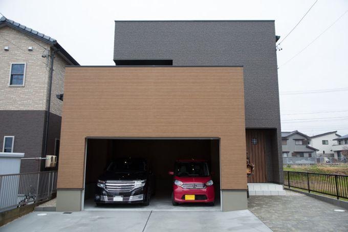 茶色い壁できれいな箱型に仕上げた外観。実は屋上がある(写真/アラキシン)