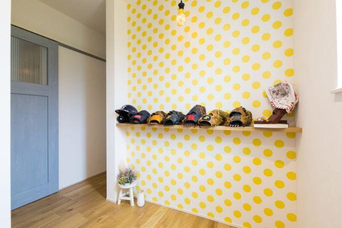 黄色のドット模様と水色のドアがかわいらしい玄関/注文住宅実例