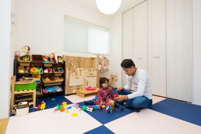 子どもたちのためにつくったネイビーとピンクの琉球畳が目を引く畳コーナー/注文住宅実例
