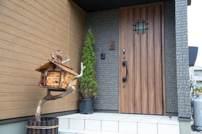 手作りの木彫りのポストがかわいらしい玄関外/注文住宅実例