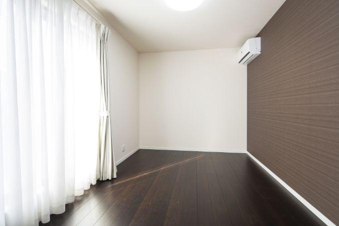 アクセントクロスが落ち着いた雰囲気の主寝室/注文住宅実例