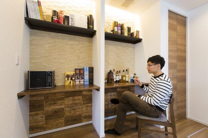 壁在とクロスが大人の雰囲気を出しているキッチン脇のバーカウンター/注文住宅実例