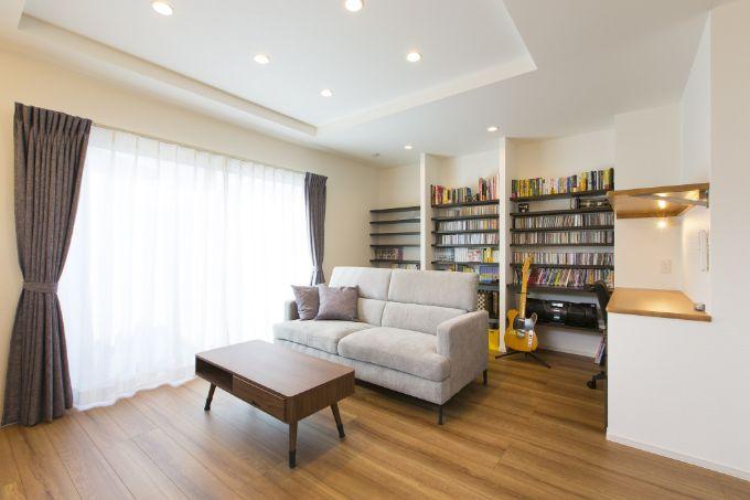 LDKの壁面をCDを収納する棚にし、ワークスペースを設け趣味も仕事もできる空間に/注文住宅実例