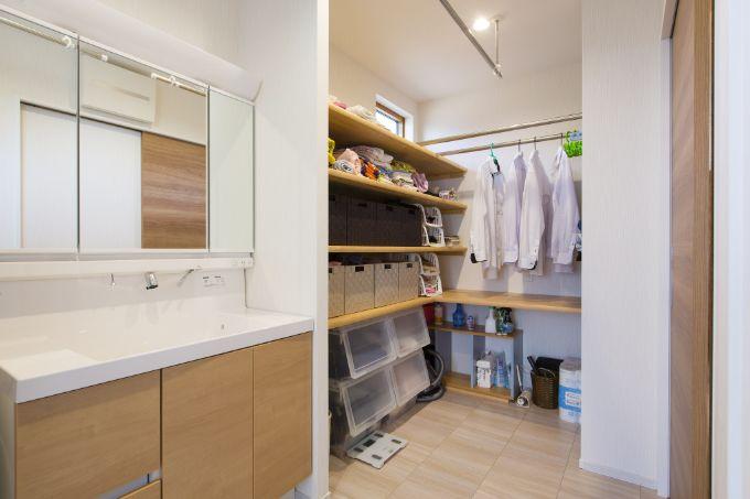 物干し用のバーや収納棚を備えた洗面脱衣室/注文住宅実例
