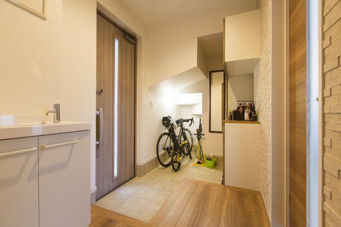 玄関にある階段下スペースを有効活用して自転車を収納/注文住宅実例