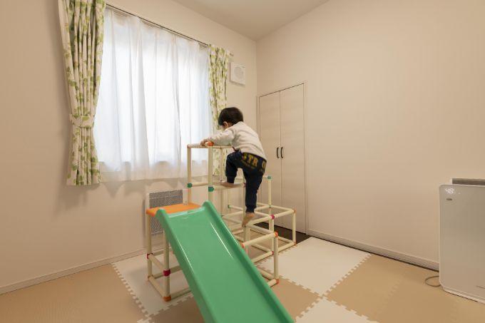 昼は子どもが遊び、夜は家族の寝室となる洋室/注文住宅実例